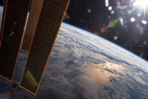 인공위성에서 바라본 지구의 둥근 표면. 최근 유튜브를 통해 확산되는 음모론 동영상을 통해  ⓒNASA