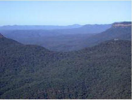 산이 멀수록 색조가 파란색으로 바뀌고 흐릿해지는 건 산을 둘러싼 공기에 에어로졸 농도가 높아 파장이 짧은 빛을 더 많이 산란시키기 때문이다.  ⓒ마인츠대