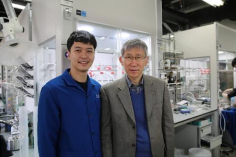 장석복 IBS 분자 활성 촉매반응 연구단장(오른쪽)과 박윤수 연구원  ⓒ IBS / 연합뉴스