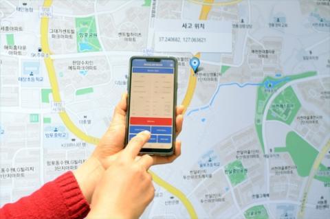 e-Call 서비스를 설치한 스마트폰으로 사고 발생 관련 정보를 확인하는 모습