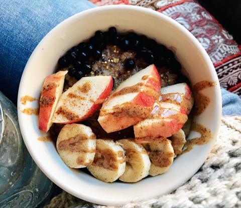 당뇨환자용으로 만든 블루베리와 사과 바나나, 아몬드 버터를 곁들인 야채 오트밀. 연구팀은 당뇨환자들이 주 5회 정도 견과류를 충분히 섭취하면 심혈관질환 위험 예방에 도움이 된다고 한다.  Credit: Wikimedia Commons / Hogan.jac