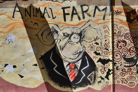 조지오웰의 소설 동물농장을 묘사한 벽화 ⓒ Joanbanjo