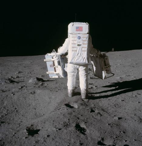 1969년 7월 20일 달에 간 우주인 버즈 올드린이 실험 장비를 설치하기 위해 작업을 하고 있다. 올해는  ⓒNASA