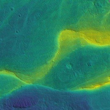 최근 연구를 통해 오래 전 화성에 많은 강들이 흐르고 있었으며, 강물이 대량 범람했었다는 사실이 밝혀지고 있다. 사진은 우주선이 촬영한 화성 표면의 강바닥 흔적. 과학자들이 실제 사진에 색을 입혔다.  ⓒNASA/JPL/Univ. Arizona/UChicago