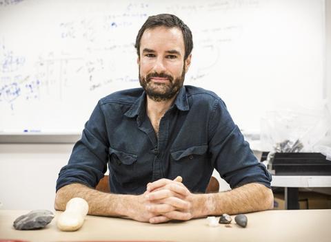 연구를 수행한 저스틴 파기터 박사. 그는 작은 돌 도구 사용은 1만7000년 전 급격한 기후변화 시기에 인류가 생존하는데 도움이 되었을 것이라고 말한다.  CREDIT: Emory University