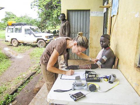 미국 펜실베이니아대 티쉬코프 교수실 연구원이 아프리카 나일-사하라 어족 연구참여자에게 피부반응검사를 하는 모습.  CREDIT: Tishkoff Lab