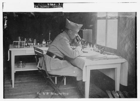 혈관 봉합법과 장기이식을 개발한 공로로 1912년 노벨 생리의학상을 수상한 알렉시 카렐이 군의관 시절 연구하고 있는 모습. ⓒ Public Domain