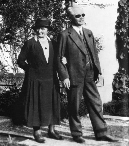 말년에 아내와 함께 산책하고 있는 구스타프 달렌(오른쪽). 그는 실험 도중 실명했음에도 발명과 연구를 멈추지 않았다. ⓒ Public Domain