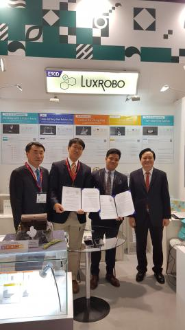 (주)럭스로보는 지난 1월 2019 영국 교육기술 박람회에 참여해 베트남 기업과 MOU를 체결하는 성과를 거뒀다. ⓒ luxrobo