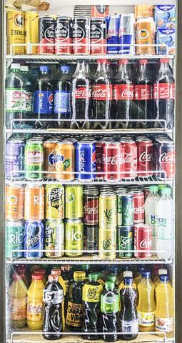 슈퍼마켓 진열장의 설탕 가미 음료들. 전문가들은 설탕이 많이 들어간 음료보다 물을 마시는 것이 건강에 더 유익하다고 말한다.  ⓒ Wikimedia