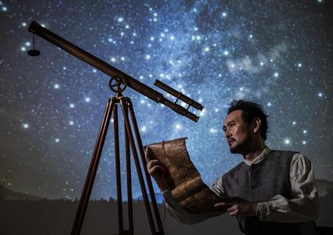 연극 '갈릴레이의 생애'는 '위대한 과학자' 갈릴레이가 아닌, '인간' 갈릴레이의 갈등과 모순을 보여주며 우리에게 많은 질문을 던진다. ⓒ 국립극단 제공