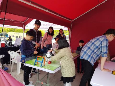 로보티스의 로봇키트로 축구경기를 하고 있는 아이들 ⓒ ScienceTimes
