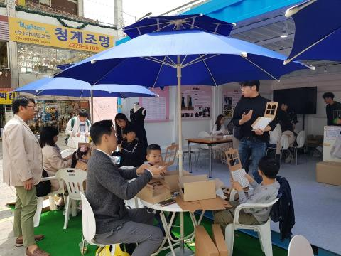 무한상상 카페에서는 공기청정기 만들기 프로그램이 진행되고 있다. ⓒ 김순강 / ScienceTimes