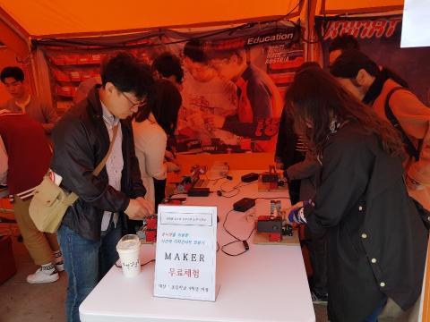 나만의 디자인샤프 만들기에 열중하고 있는 관람객들 ⓒ ScienceTimes