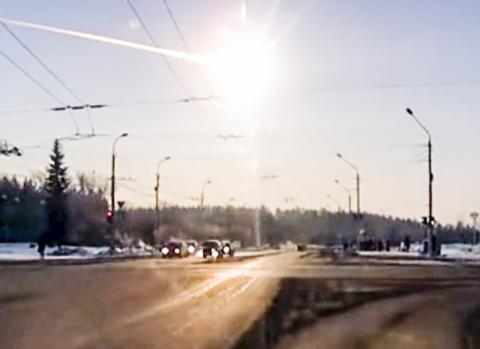 2013년 2월 러시아 첼랴빈스크 상공에서 포착한 유성 모습. 대기권에 충돌하며 밝은 빛을 발하고 있다. 이 충돌로 인한 충격파로 7000채의 건물이 유리창이 깨지고 지붕이 내려앉는 등의 피해를 입었다.  Credit: Wikimedia