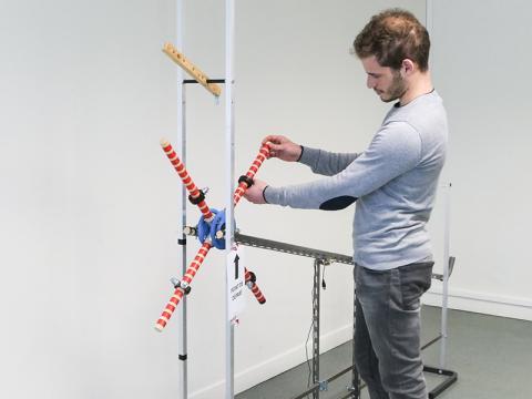 바퀴가 경사로를 가장 빨리 굴러 내려가도록 무게추를 조정하는 실험. CREDIT: Maxime Derex