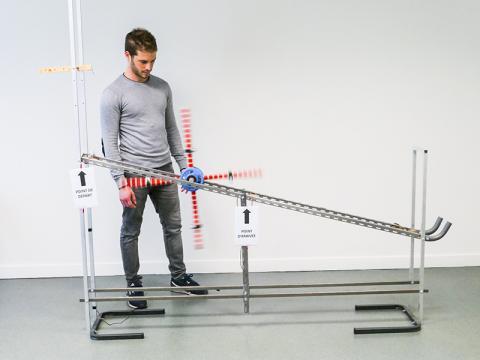 바퀴가 경사로를 내려가는 모습. 실험참가자들은 바퀴가 빨리 굴러가는 원리를 이해하지 못했는데도 과업은 이뤄냈다.  CREDIT: Maxime Derex