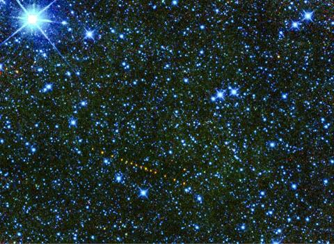 마틴 루터 킹 목사의 이름을 딴 소행성 '2305 킹'을 WISE 적외선 망원경으로 촬영한 모습을 색으로 표현했다. 소행성의 움직임을 표시하기 위해 추가 노출을 시켜 사진 가운데에 주황색 점선으로 나타나 있다.  CREDIT: NASA