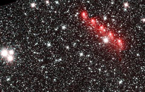 2015년 8월 28일 지구 옆으로 고속 질주해 가는 혜성(C/2013 US10 Catalina)을 네오와이즈(NEOWISE) 적외선 우주망원경으로 찍은 모습. 이 혜성은 해왕성 너머 먼 거리의 궤도를 돈다. 이 혜성은 2015년 11월 15일 지구 궤도를 살짝 스치며 태양과 가장 가까이 접근했다.  CREDIT: NASA