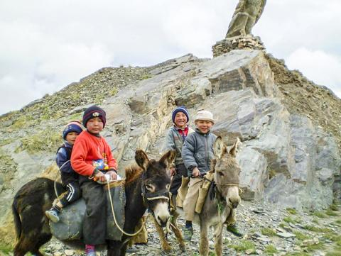 이번 연구에 포함된 타지키스탄 공동체의 어린이들.  CREDIT: Elena Balanovska