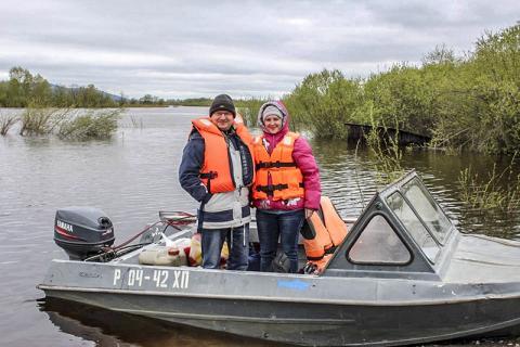 아무르 강을 따라 야외작업을 수행하는 연구진들.  CREDIT: Yuri Bogunov