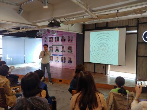 김상욱 경희대 물리학과 교수가 '물리학의 눈으로 본 우주, 세상, 인간'을 주제로 강의하고 있다.