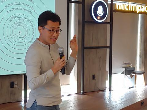 김상욱 경희대 물리학과 교수가 강의를 하며, 청중들과 이야기를 나누고 있다. ⓒ김지혜/ ScienceTimes
