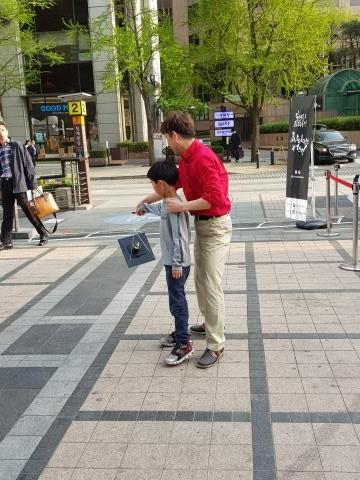 물컵을 떨어트릴까봐 무서워하는 아이를 위해 무대에서 내려와 같이 원심력 마술을 진행하는 모습.   ⓒ 김청한 / ScienceTimes