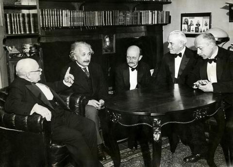 1931년 11월 12일 막스 폰 라우에가 주최한 만찬에 참석한 당대 최고 물리학자들. 왼쪽부터 발터 네른스트, 아인슈타인, 막스 플랑크, 로버트 밀리컨, 폰 라우에. ⓒ public domain