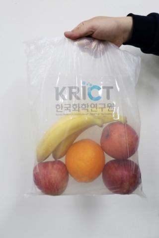 잘 안 찢어지는 100% 생분해 비닐봉지 ⓒ 한국화학연구원 / 연합뉴스