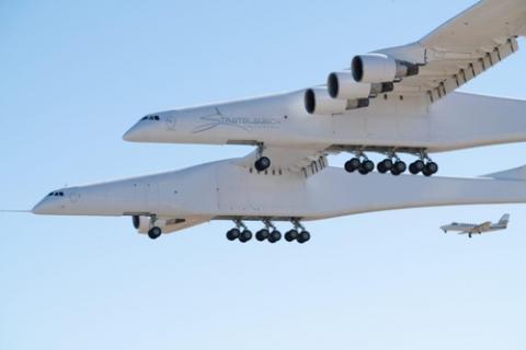 세계 최대 크기의 제트기 '스트래토'. 이 비행기는 인공위성을 탑재한 로켓을 우주로 발사하는 발사대 역할을 하게 된다.