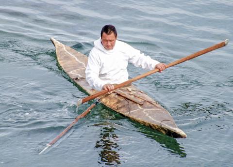 카약 제작이나 고기잡이 둑을 만드는 일은 현대과학의 도움으로도 이해하기 어려운 복잡한 다단계 과정을 거쳐야 한다. 개인이 원리를 쉽게 이해할 수 없는 이런 기술들은 세대를 걸친 문화 적응 축적으로 이루어졌다는 것이다. 사진은 카약을 탄 이누이트 바다표범 사냥꾼. ⓒ Wikimedia