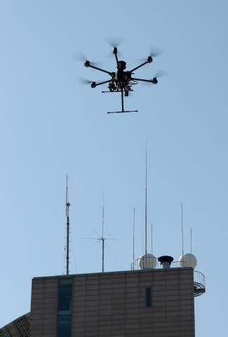 드론이 기상 관측의 주요 수단으로 급부상하고 있다. 사진은 기상센서 탑재형 드론이 기상청 상공을 날며 시험비행하고 있는 장면. (사진출처 : 연합뉴스)