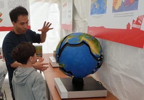 초등학생이 과학관 관계자로부터 지진 발생 원인인 판 구조에 대해 듣고 있다  ⓒ 김준래/ScienceTimes