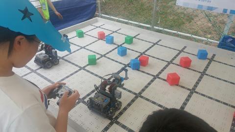 참가학생이 VEX 로봇체험을 하고 있다 ⓒ정현섭/ScienceTimes