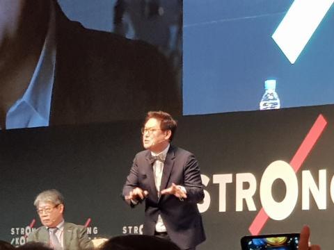데니스 홍 교수가 '로봇은 꼭 사람처럼 생겨야 하나요?'를 제목으로 강연했다.