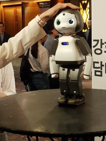 머리를 쓰다듬는 사람의 손길에 반응을 보이는 반려로봇 토룩 ⓒ 김순강 / ScienceTimes