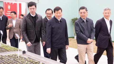 생태 도시 건설시찰 중인 상하이 시위원회위원들과 잉용(应勇)시장(가운데)의 모습. @