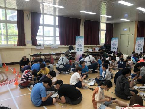 삼삼오오 모여 앉은 저동초 학생들이 미니카를 조립하고 있다. ⓒ 한국과학창의재단