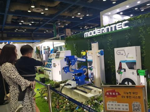 EV 트렌드 전시회장에서 관람객이 무인충전 로봇을 신기한듯 보고 있다. ⓒ 김순강 / ScienceTimes