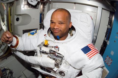 우주에서 1년 이상 거주할 경우 인체가 어떻게 변화하는지는 아무도 모른다. 사진은 국제우주정거장에서 일하는 NASA 소속의 우주비행사 모습. ⓒ NASA