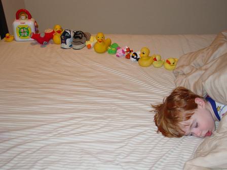 자폐증을 가진 아이가 일렬로 배열한 장난감 ⓒ 위키피디아