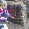 신시아 라비 연구원이 클래지스 강 동굴에 있는 6만5000년 된 화덕에서 식물 유조직이 발견된 위치를 가리키고 있다.