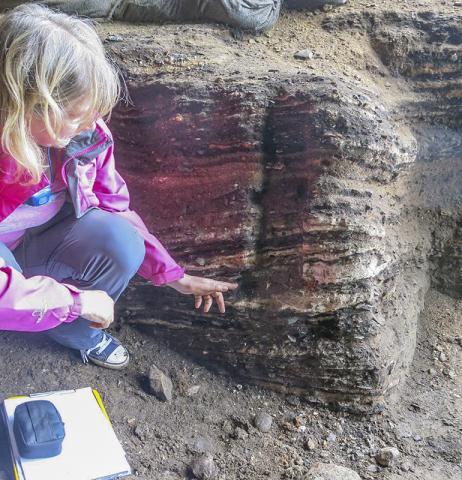 신시아 라비 연구원이 클래지스 강 동굴에 있는 6만5000년 된 화덕에서 식물 유조직이 발견된 위치를 가리키고 있다.  CREDIT: Wits University