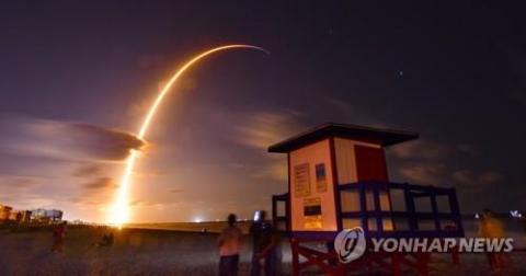 플로리다 코코아비치에서 바라본 팰컨9 로켓 발사 ⓒ AP / 연합뉴스