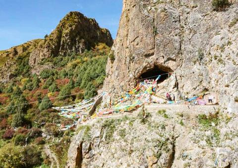 데니소바인 하악골이 발견된 동굴은 그 아래에 있는 강에서 40m 위에 위치에서 동남쪽을 향해 있다. 현지에서 유명한 불교 동굴이자 관광지로 알려져 있다.  CREDIT: Dongju Zhang, Lanzhou University