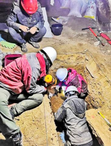 동주 장 박사팀이 2018년 바이쉬야 카르스트 동굴에서 발굴을 진행하고 있는 모습. ⓒ Dongju Zhang, Lanzhou University