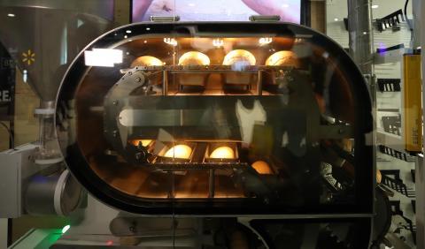 'CES 2019' 전시장에서 빵을 굽는 푸드로봇 '브레드봇'이 빵을 만들고 있는 모습.