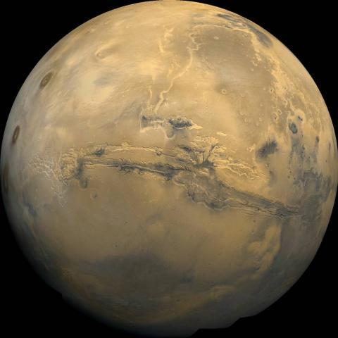 화성 위 600km 상공에서 촬용한 마리너 계곡(Valles Marineris). 지구의 그랜드 캐니언과 유사한 지역으로 향후 예상되는 난개발로부터 보호하기 위해 개발금지 구역으로 지정해야 한다는 주장이 우주과학계로부터 제기되고 있다. ⓒNASA