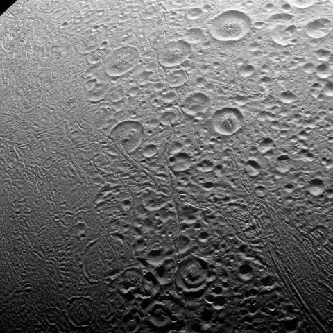 토성을 돌고 있는 위성 엔켈라두스(Enceladus) 표면 영상. 과학자들은 얼음이 뒤덮여 있는 것으로 추정되는 이 위성 표면 아래 물이 흐르고 있으며, 그 안에 생명체가 존재할 것으로 추정하고 있다. ⓒNASA